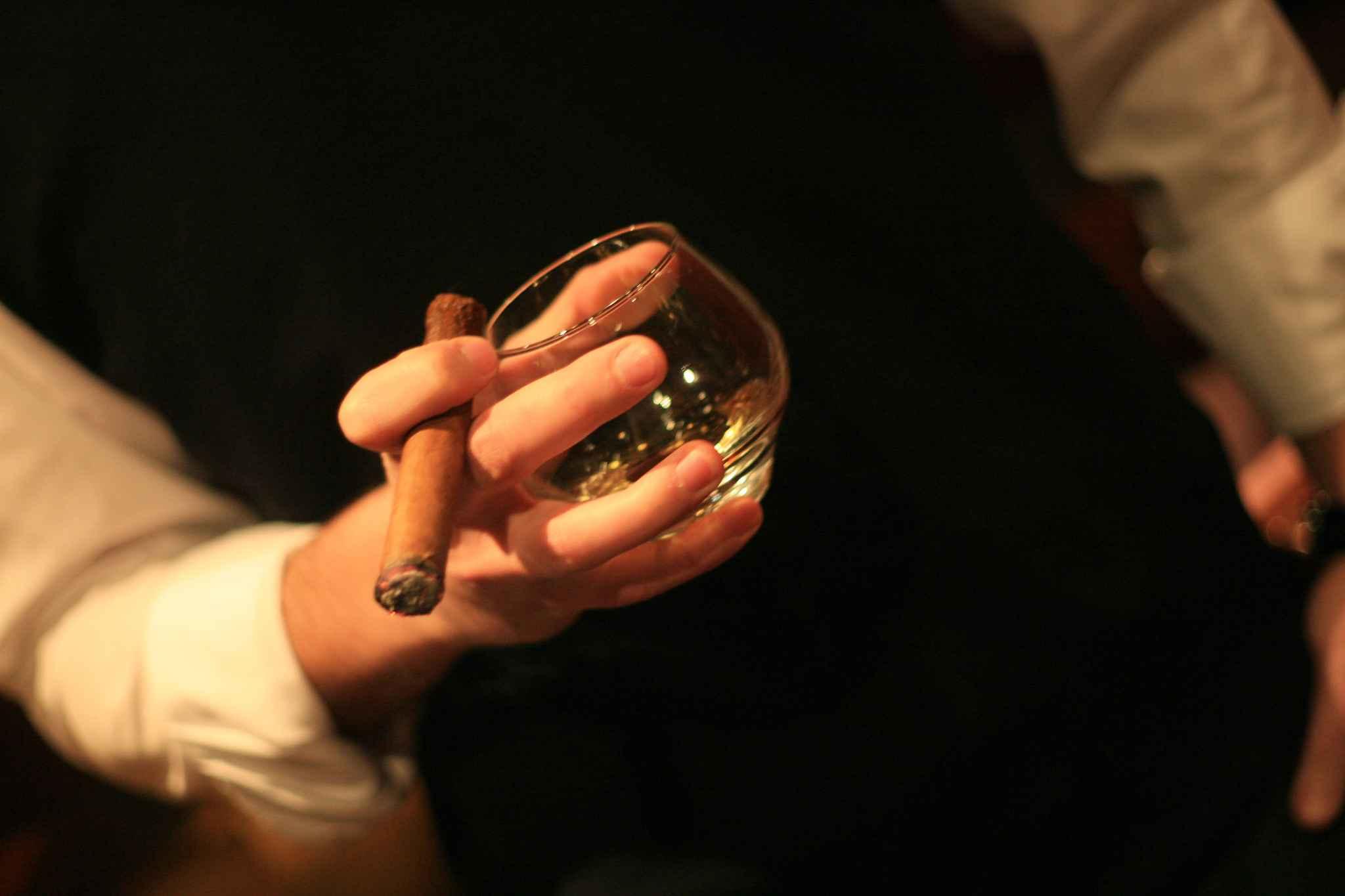 2048x1536-fit_homme-avec-cigare-soiree-cigares-dans-un-bar-restaurant-toulousain-interdiction-de-fumer-dans-les.jpg
