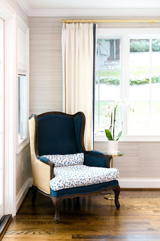 chouxdesigns_bluewhitediningroom_Grassclothwallpaper.jpg