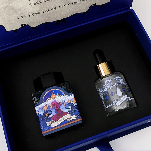 """⭐️ New ⭐️ 3 Oysters Fountain Pen Ink !  This ink is called """"관념의바다"""" or """"A Sea of Notions"""". 🌊. Not only does this ink come in beautiful packaging, but the ink itself is beautiful as well. Something unique about this ink is that the brightness can be adjusted depending on how many drops of the solution is mixed into the ink ! The shade can range from dark blue to very light blue ! . . . Tags . . . #stationery #studygram #studyblr #productivity #sanfrancisco #日本町 #japantown #文房具 #japanesestationery #maido #korea #koreanstationery  #aesthetic #minimalism #minimal #minimalist #japan #fountainpen #fountainpens #ink #fountainpenaddict #fountainpenink"""