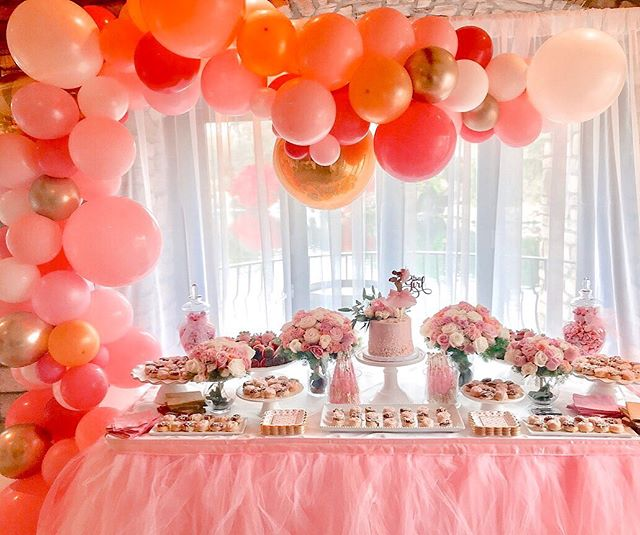 What makes every dessert table better? In my opinion...Balloons! 🎈Also, those flower bouquets are cupcakes and it was such a fun surprise for the guests. 🥳