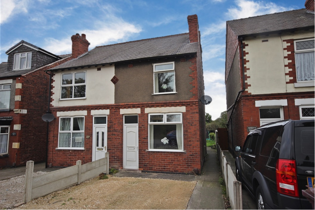 £109,995 Alfreton Road, South Normanton, Derbyshire, DE55 2AS - A great starter home! Perfect for couples or small families, with two reception rooms, a monochrome kitchen, two double bedrooms, first floor family bathroom . Property benefits from a rear enclosed garden and a potential for a driveway. EPC Rating E