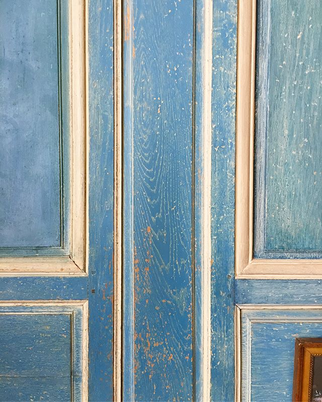 I love doors. 🚪💙 #texture #colour #pattern #door #obsession #anyoneelse  #grid #geometric #shape #print #interiors #leedscastle #design #bespoke #inspiration #happymonday #mondaymood