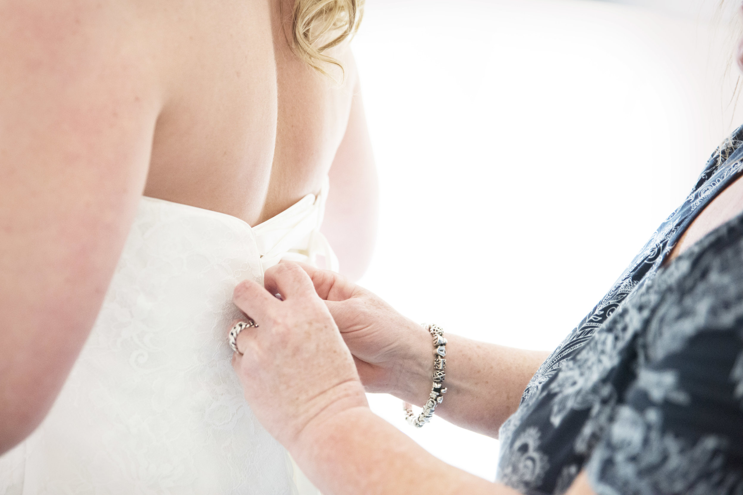 de moeder van de bruid hielp