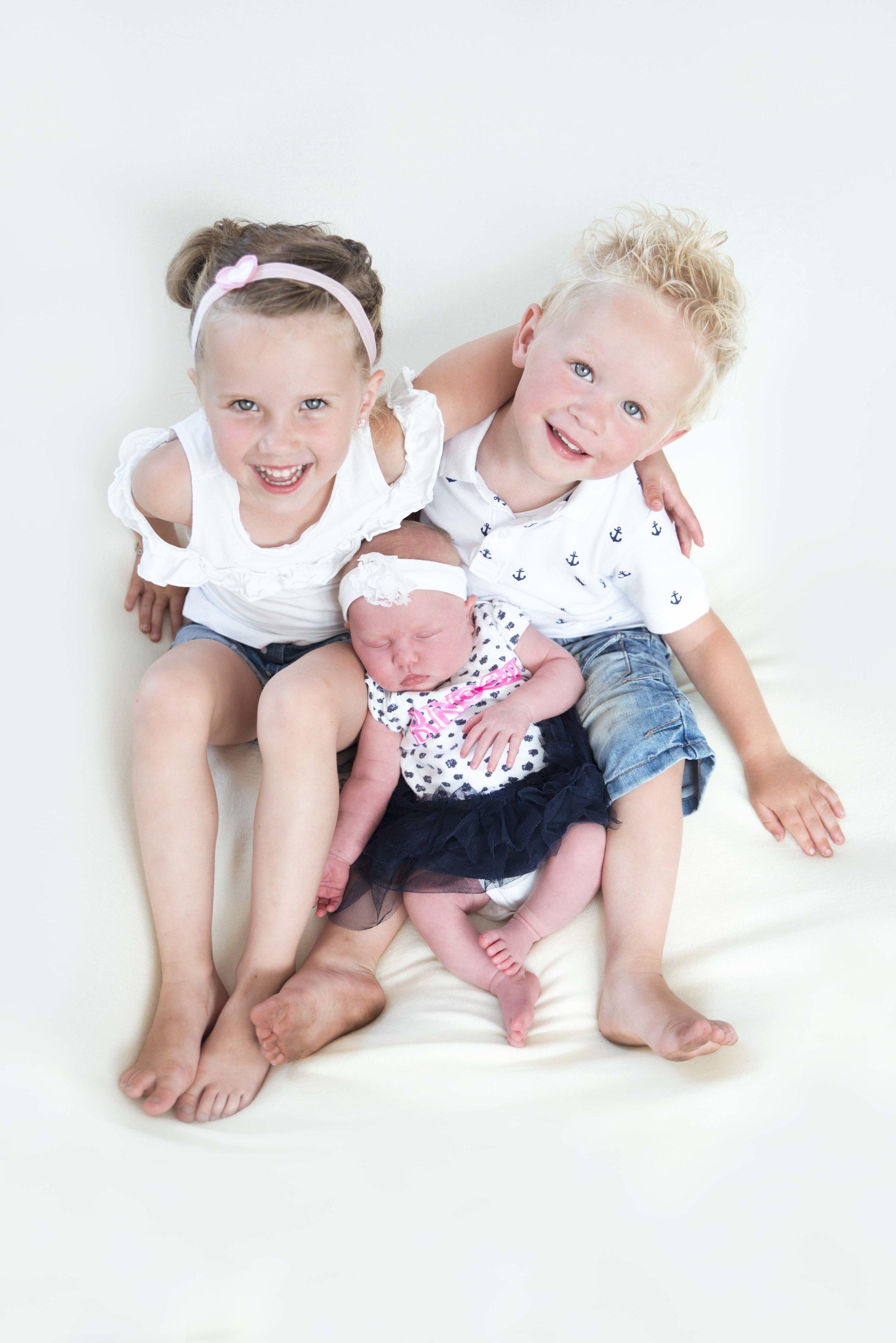 newborn foto's met broer en zus | babyfoto met gezin | babyfoto met oudere broers en zussen