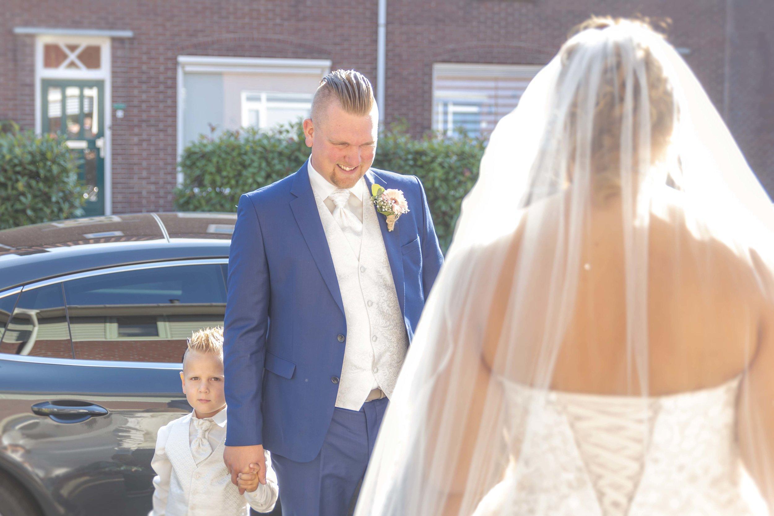 trouwen vanuit ouderlijk huis. bruid haalt bruidegom op
