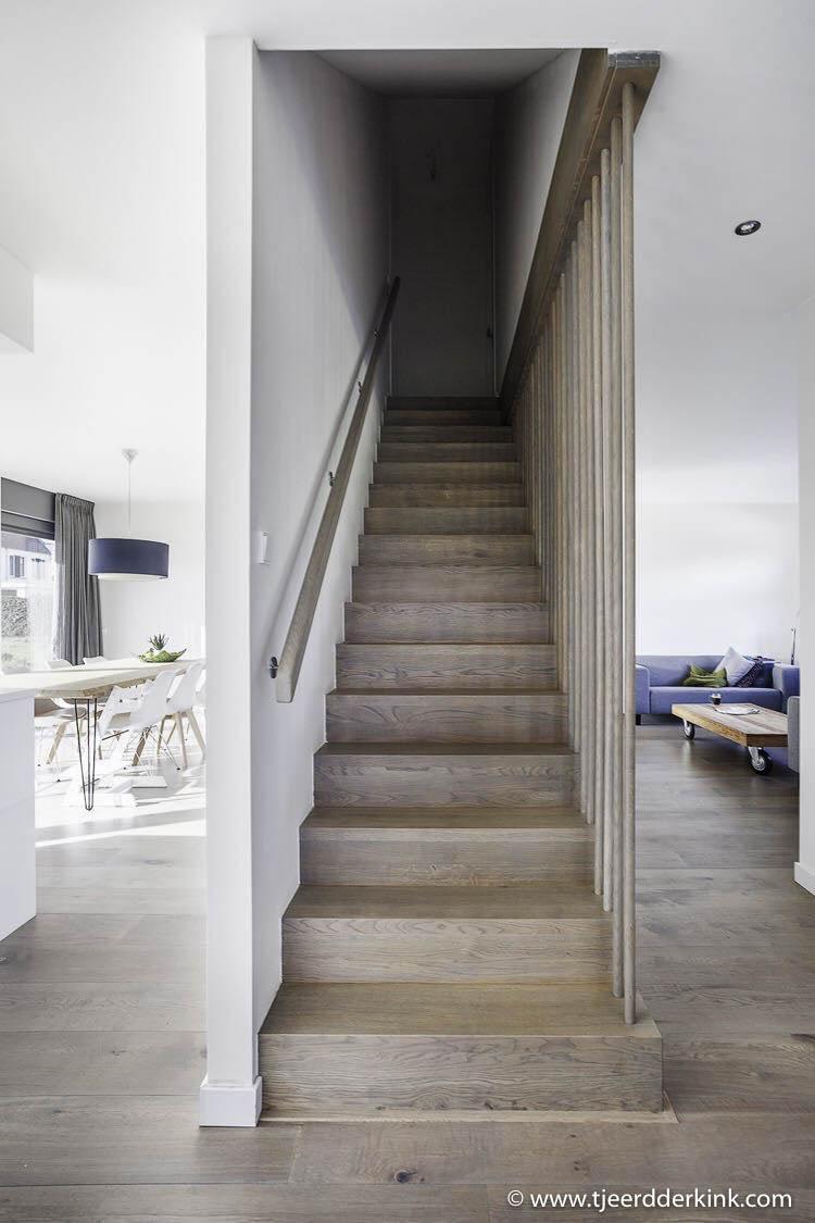 De centrale trap met links de woonkeuken en rechts de woonkamer