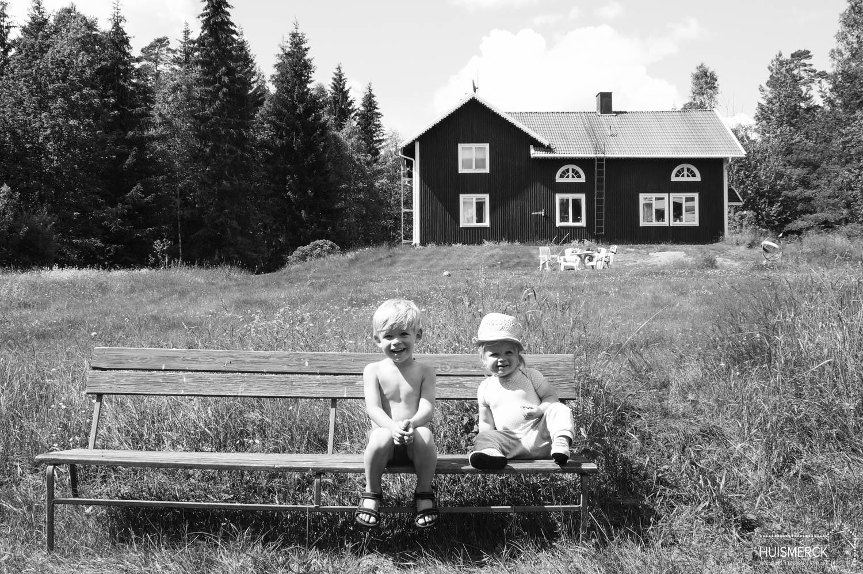 HUISMERCK - Kids achter vakantiehuis Zweden.jpg