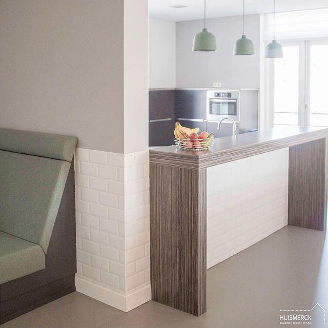 GO LUNCH |  En voor wie andere plannen heeft op deze zomerse avond en de laatste blogpost nog niet kan lezen, hierbij alvast een plaatje van de vernieuwde keuken met lunchplek! 😉  Mat witte metrotegels via @cerriva, hanglampen van @muutodesign en de bank opnieuw bekleed met stof van @kvadrattextiles 👌🏻 Geniet van je avond! • • • #projectgooldenzaal #huismerckprojecten #kitchen #kitchendesign #lunchplek