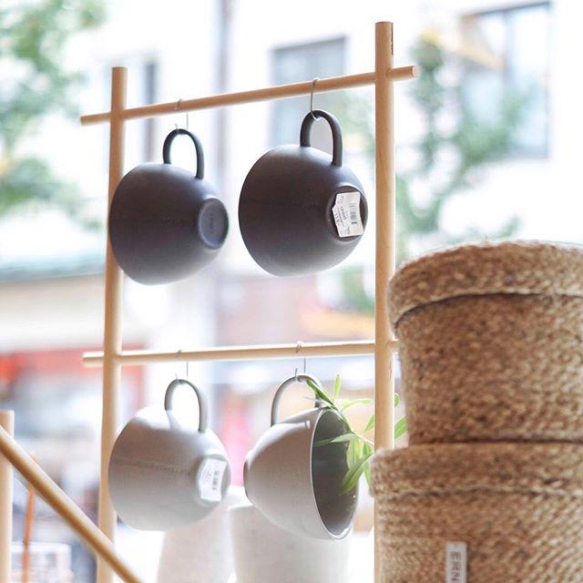 SCANDI DESIGN |  Heerlijk dagje in het mooie, authentieke Kristianstad! Onder andere de winkel @royaldesignkristianstad bezocht vol met Scandinavische woonaccessoires 🖤 En zo mooi hoe alles gepresenteerd is, waaronder deze etalage met producten van @ernstform.se! • • • #kristianstad #royaldesign #zweden2018 @royaldesign