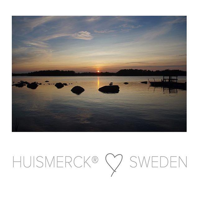 ♡ SWEDEN |  Onze 3 weken vakantie zitten er op en wat was het fijn en mooi in Zweden! De rust, ruimte, supermooie natuur, vriendelijke mensen en uiteraard het Scandinavische design... mis het nu al. Hierbij één van m'n foto's van het geweldig mooie uitzicht over het Immeln-meer.  De komende week weer volop aan het werk...zin in! Geniet van je weekend! • • • #zweden #sweden #huismerckinsweden #vakantiezweden #enjoysweden #lovesweden #lakeview #nature