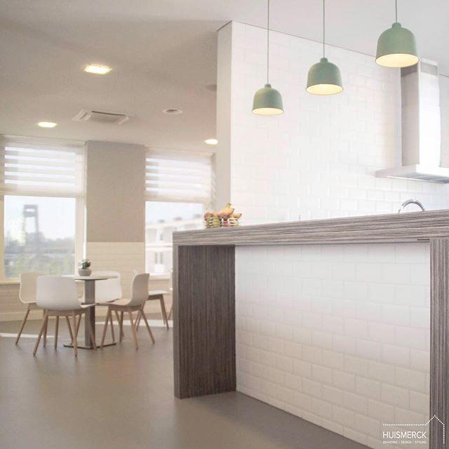 LUNCHPLEK |  Waarom zijn kantoren en kantines in best veel gevallen toch zo weinig inspirerend? Terwijl je met o.a. mooie, passende kleuren, tegels en/of verlichting al zo'n groot verschil kunt maken. Zie bijvoorbeeld deze keuken met lunchplek van Green Orange, waarvoor ik de restyling heb verzorgd. Superfijn plekje toch, om even met collega's te ontspannen...?! • • • #huismerckprojecten #projectgooldenzaal #office #restyling #muuto #hay