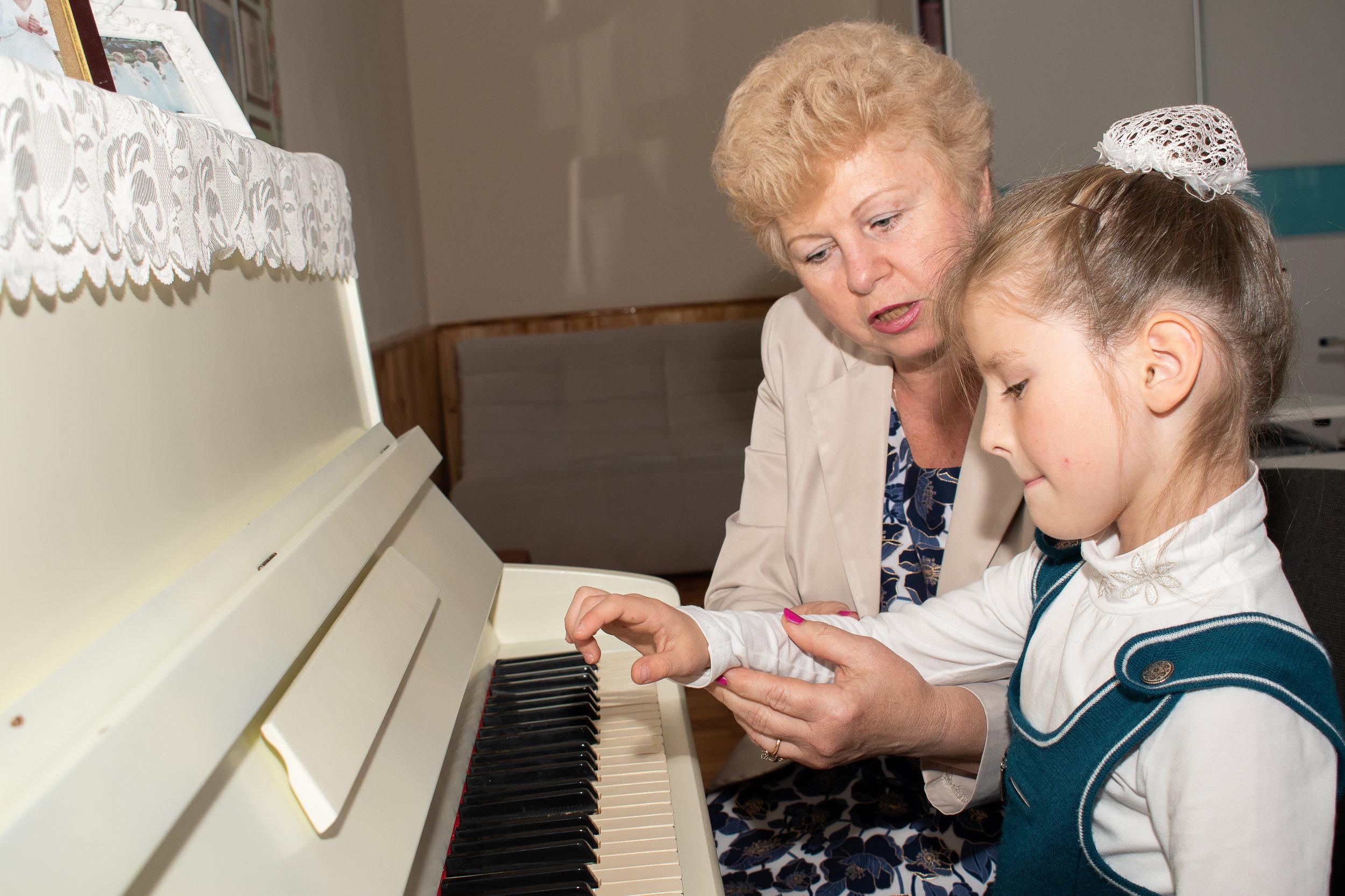 Музична школа - директор школи, хормейстерМоскалюк Анаїд Тигранівна