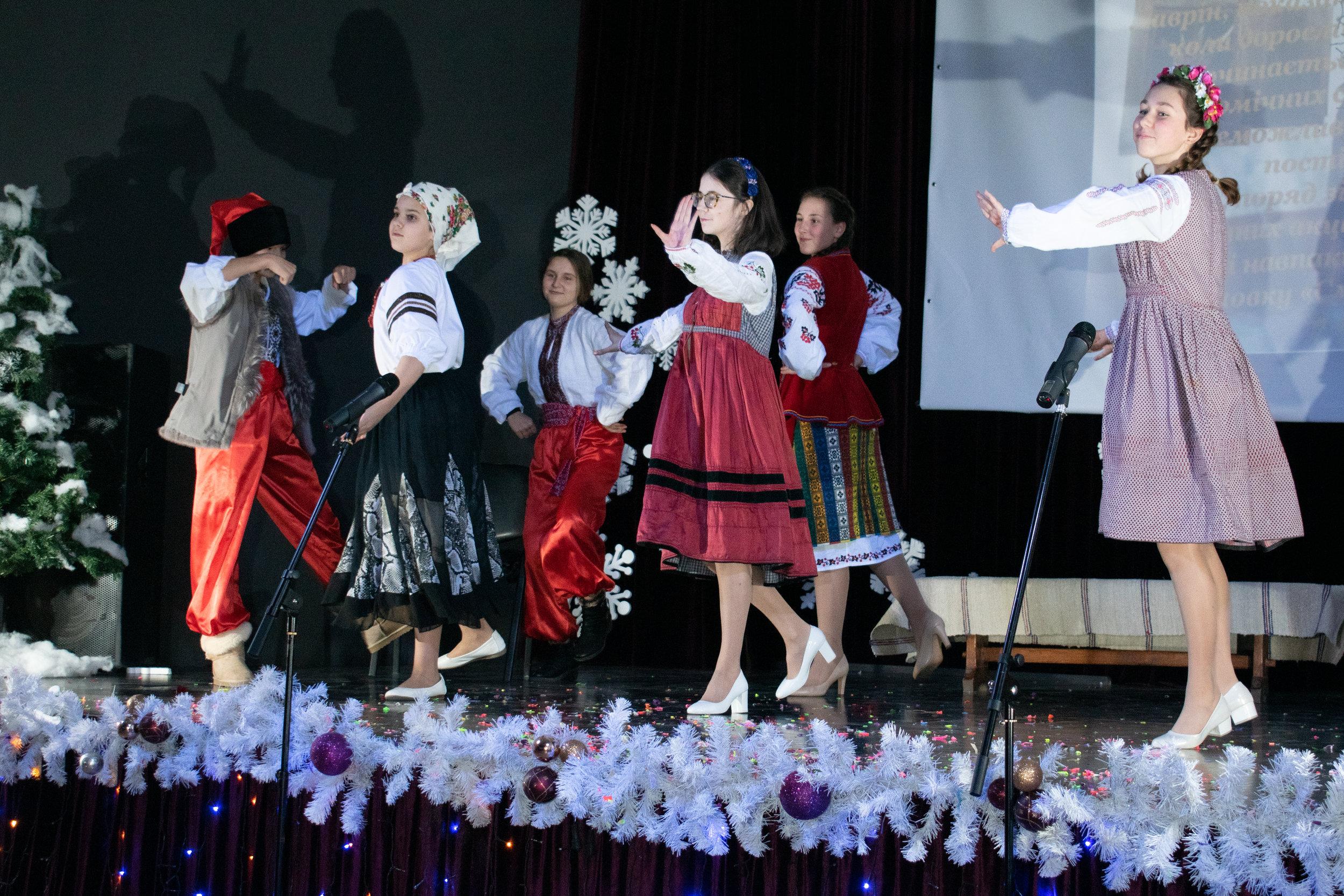3.Школа Леді_Новорічна вистава Сміх кріцзь сльози 7-8 класи.jpg