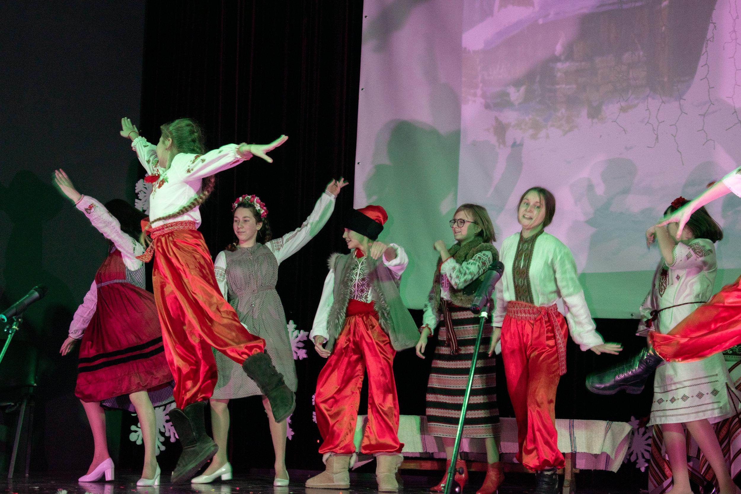 7.Школа Леді_Новорічна вистава Сміх кріцзь сльози 7-8 класи.jpg