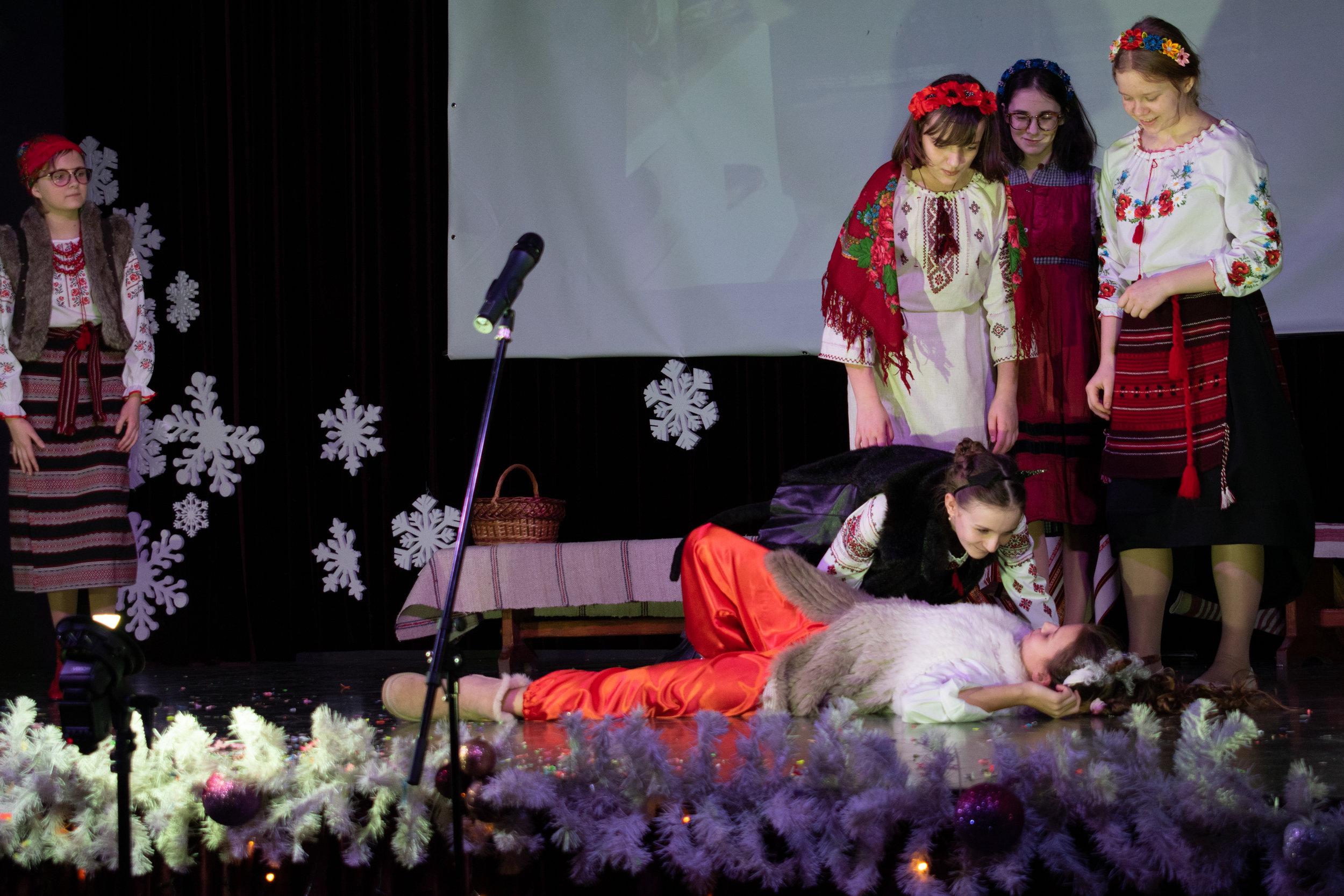 21.Школа Леді_Новорічна вистава Сміх кріцзь сльози 7-8 класи.jpg