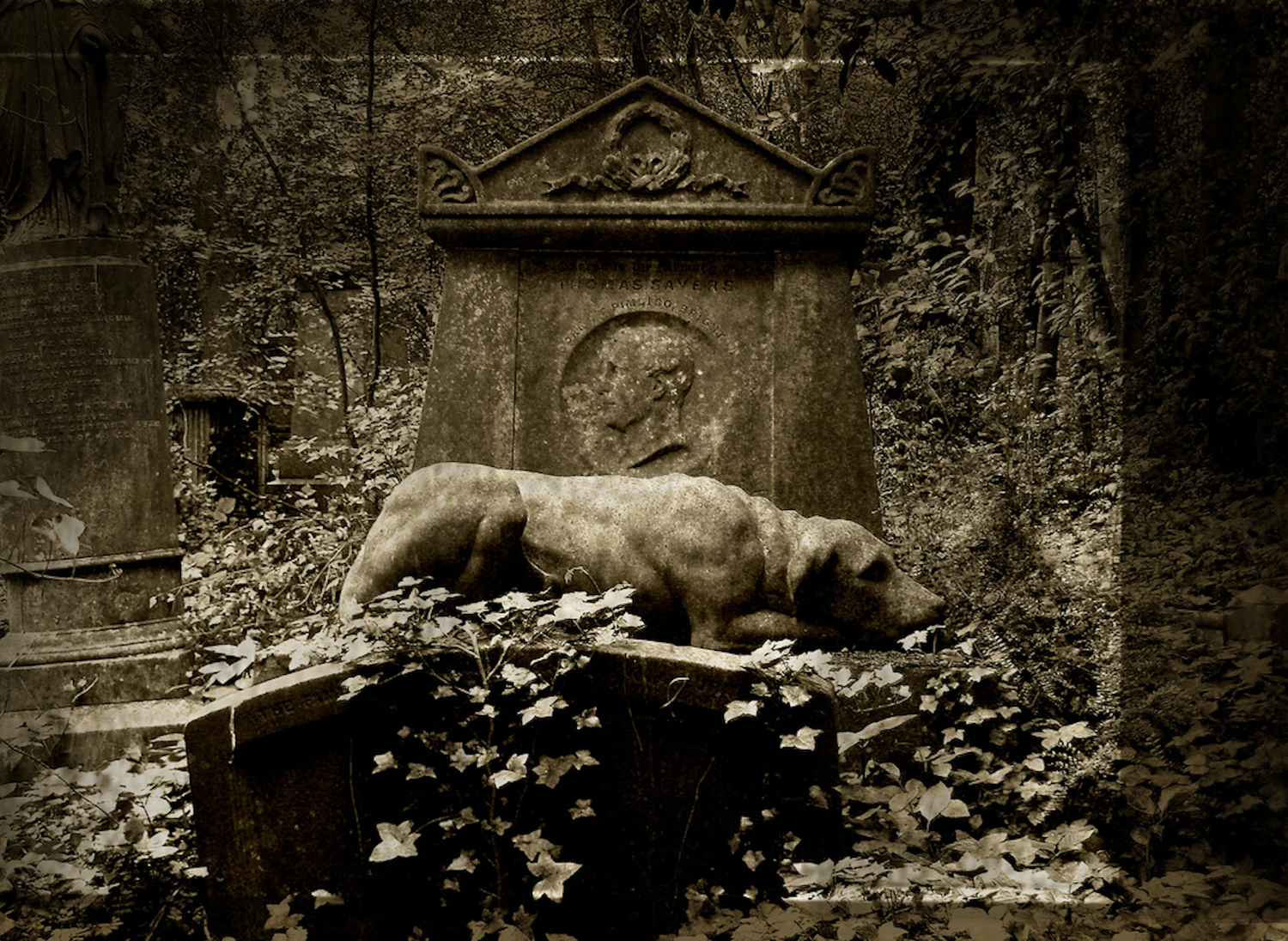 The stone image of Thomas Sayers' dog Lion on his tomb.