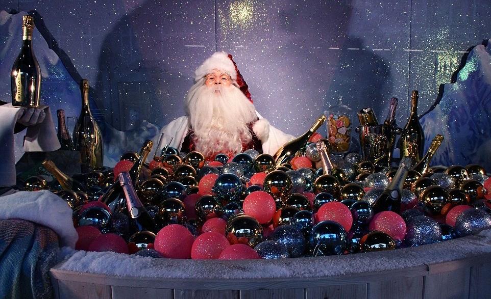 Selfridge's Christmas Window. Santa in a hot tub.