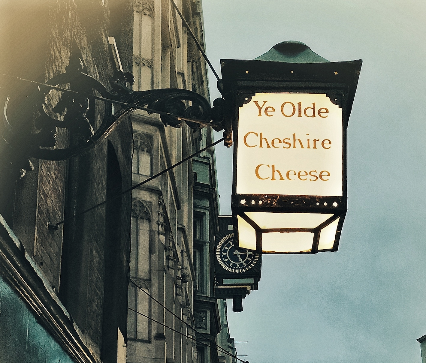 Ye Olde Cheshire Cheese with St Pauls in the background