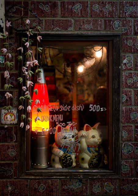 Golden_Gai_Cats_in_window
