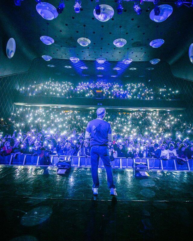 Denne helgen endte vi @ungeferrari sin MIMOM-tour med 2 x utsolgte shows på Sentrum Scene. Føltes uvirkelig å avslutte alt hjemme i Oslo. Tusen takk til alle som har kommet på hver eneste konsert i løpet av turneen, og gjort hvert eneste show helt unikt💕 Tusen takk til alle stjernene som kom å gjestet showet hans, både i helgen og på andre stopp i Norge. Tusen takk til alle involverte - dere er alle hverdagshelter. Mest av alt gratulerer til @ungeferrari for en helt vill avslutning på en helt fantastisk turné. Ekte stjerne ✨💘 // 📸: @damaspirit