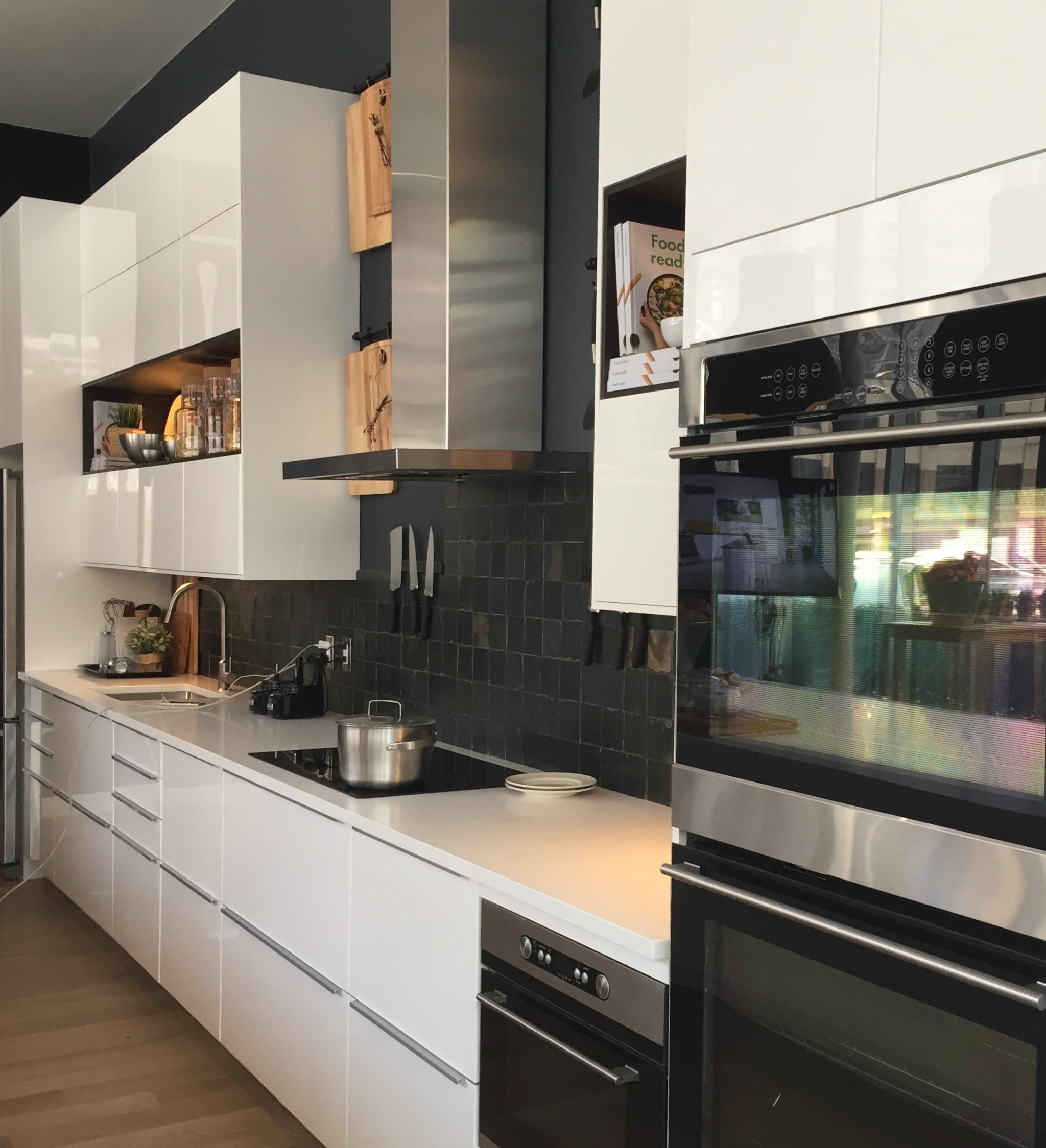 Loved the use of black and wood accents in this white kitchen.