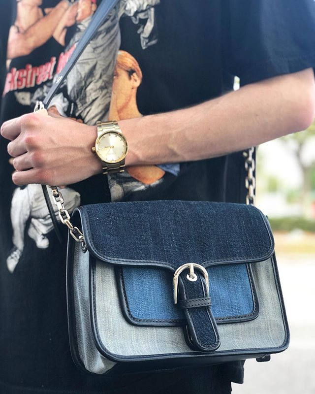Today at our East Colonial shop we have this denim #MichaelKors crossbody purse for only $60! Come grab it denim lovers! 👖  #mkbags #mkcrossbody #crossbody #michaelkorsbags #michaelkorslover #dechoes #dechoesresale #downtownorlando #disneyworld #cutie #handbags #handbagsforsale
