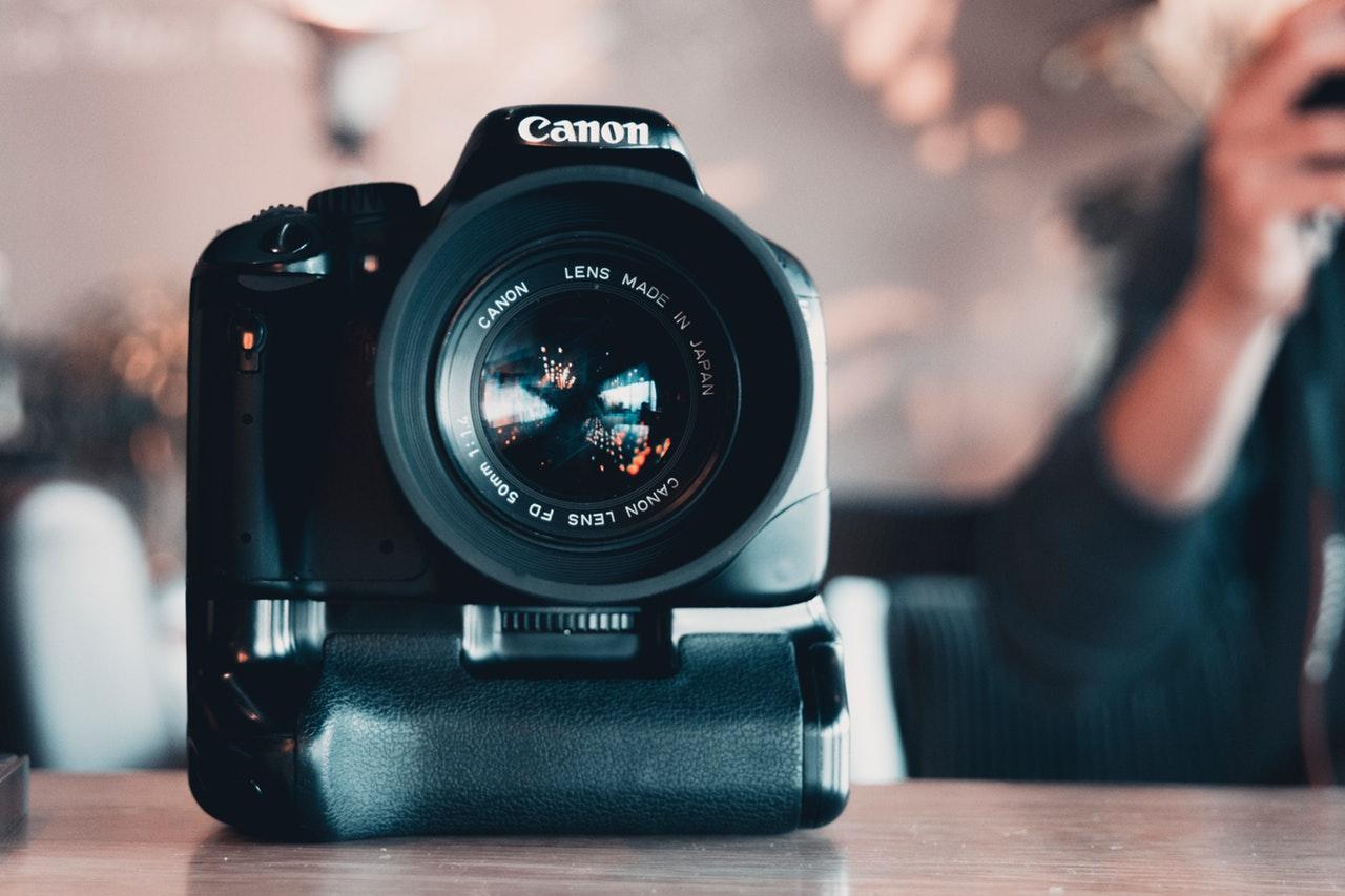 aperture-blur-camera-1093065.jpg