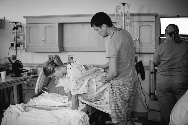 mom in labor birth photography