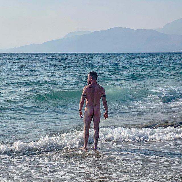 Crete peach 🇬🇷🍑 . . . . . #beard #instabeard #instamuscle #beardsandtatts #holiday #vacation #pride #mediterranean #muscle #bodypositive #lovelife #summer #greece #greekislands #crete