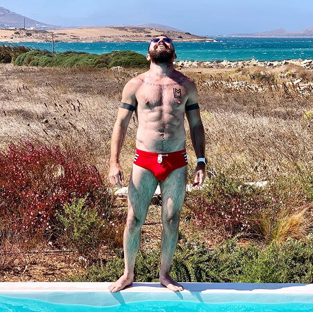 Happiness at the end of summer ☀️🇬🇷 . . . . . #beard #instabeard #instamuscle #beardsandtatts #holiday #vacation #pride #mediterranean #muscle #bodypositive #lovelife #summer #greece #greekislands #paros