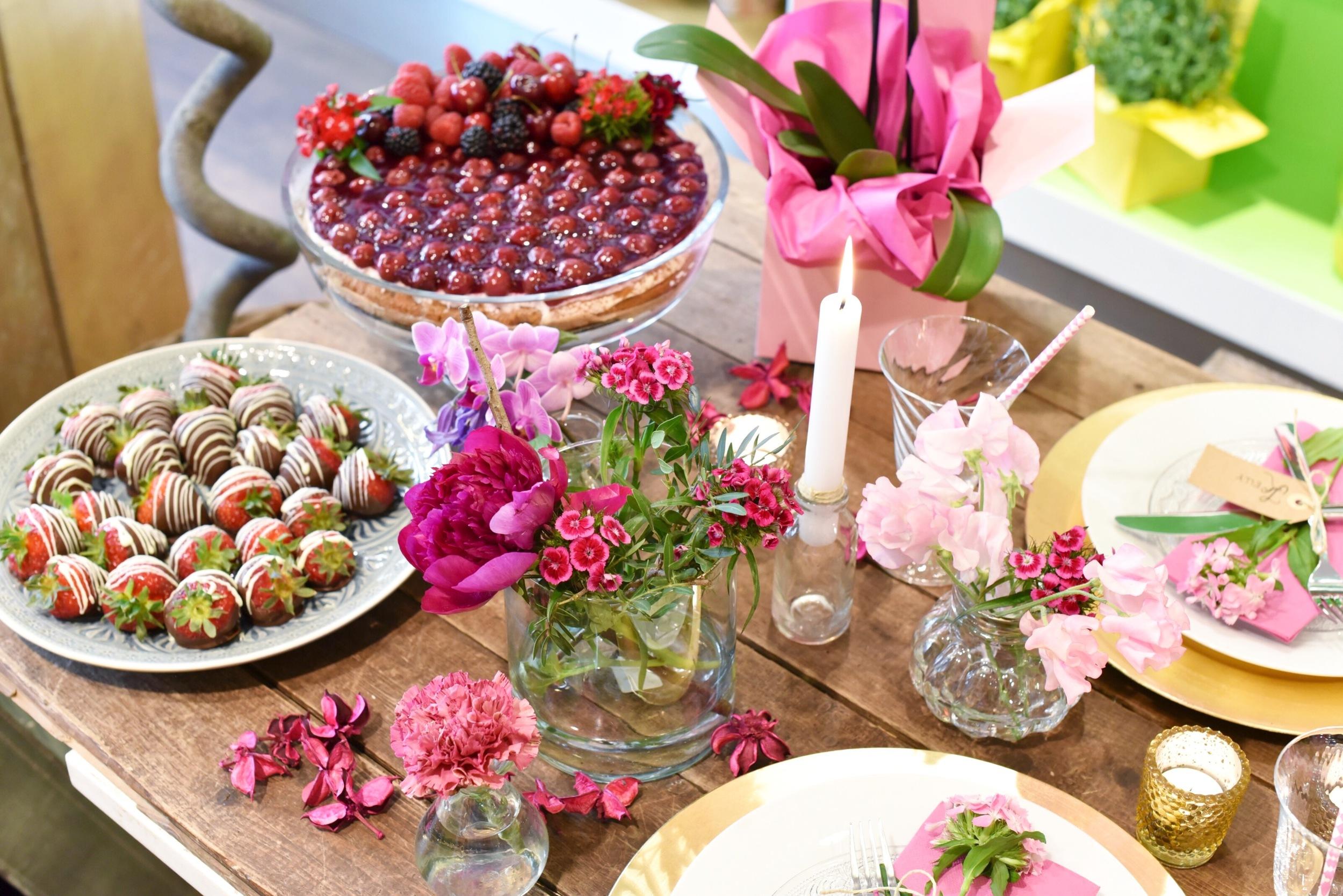 Eine kleine Auswahl unserer süßen Snacks! Der Kirschkuchen von  Barösta  war besonders lecker und sah mit unseren frischen Beeren und Blumen auch super aus! Ihr findet Barösta auch auf Instagram: @baroesta !