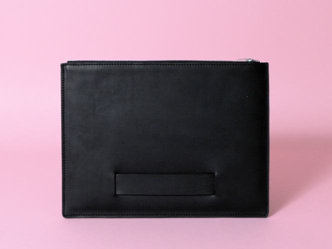 pochette-tablette-noire-front.jpg