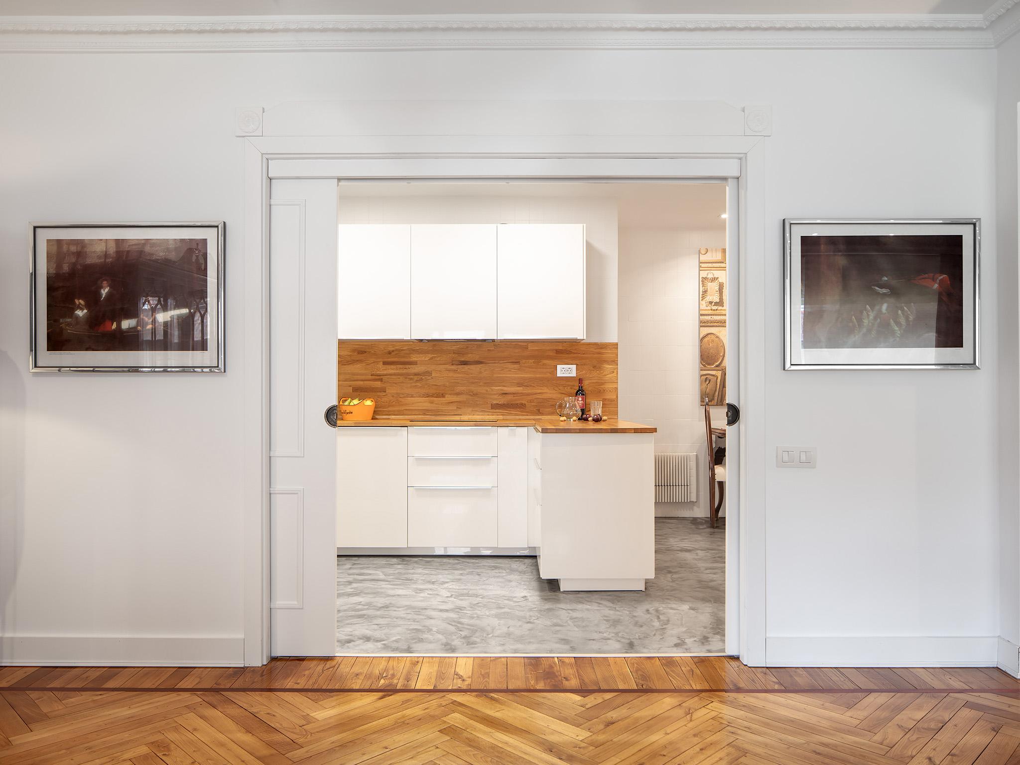 Acceso a la cocina en Proyecto de interiorismo en Getxo