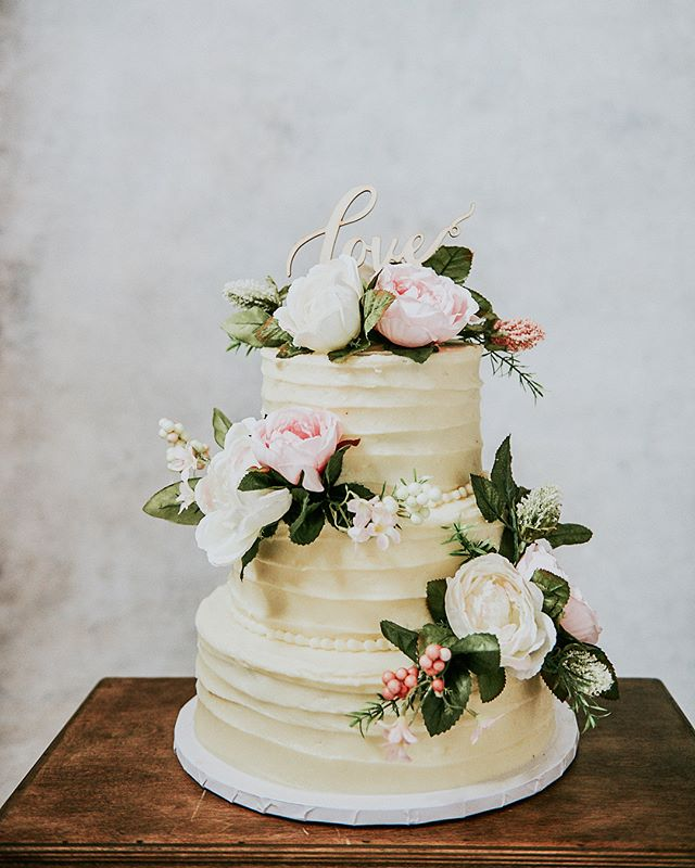 Tiered Red Velvet Cake made by @whiteflourbakes Photo by @pachiaaa #rusticcake #mn #minneapoliscake #minneapolis #minnesotabaker #customcake #photo #vintagecake #buttercream #flowers #floralcake #cake #cakedecorating #weddingcake #weddingcakes #wedding #weddingphotography #cakedecoration #roses #creamcheesefrosting #creamcheese #redvelvet #redvelvetcakes