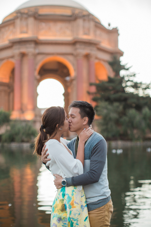 engagement-session-sanfrancisco-couple-share-kiss-in-front-of-palace-of-fine-arts