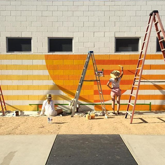 When textile designers get to paint walls on cute hotels in California. Loved watching Hopie Stockman, one half of the @blockshoptextiles paint this mural recently for @acehotelpalmsprings. 📷@hopiestockman