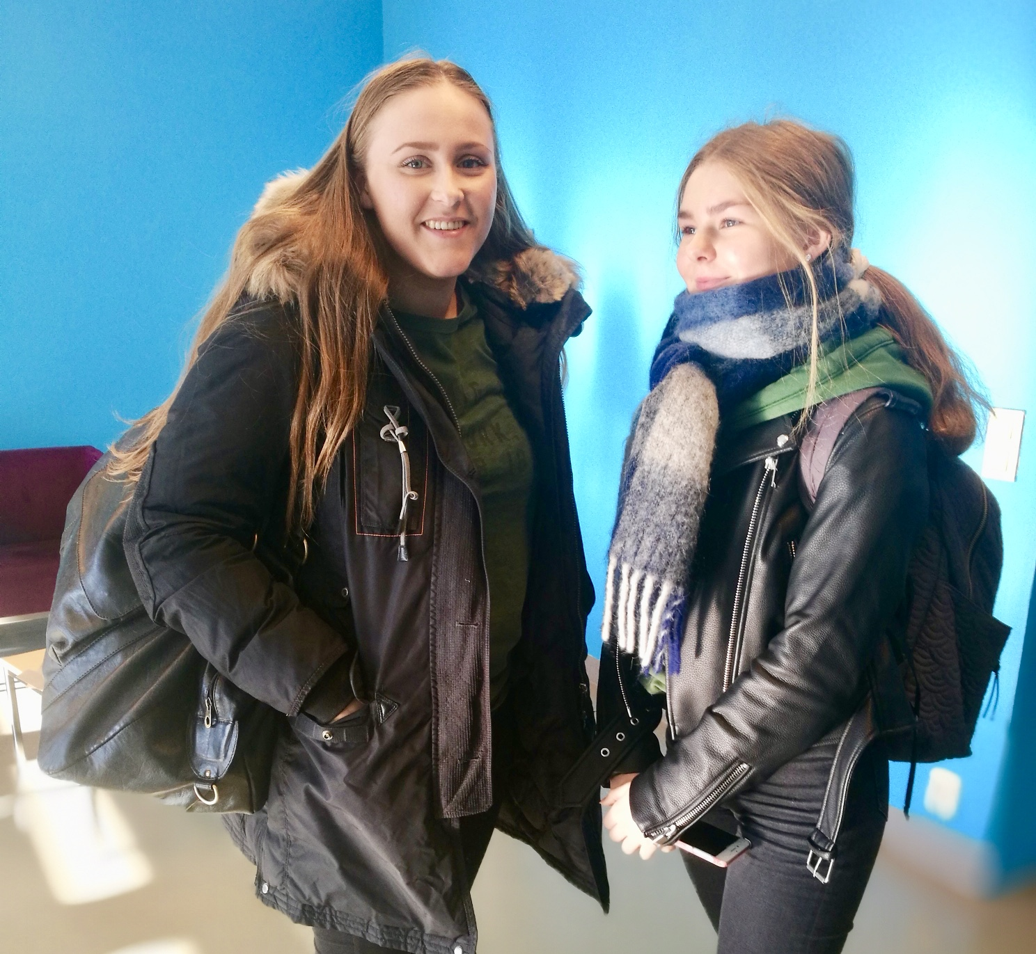 Anna Sjo Nilsen (til venstre) og Fride Næss er i Makerspacen for åprinte ut klistremerker til russebilen sin.