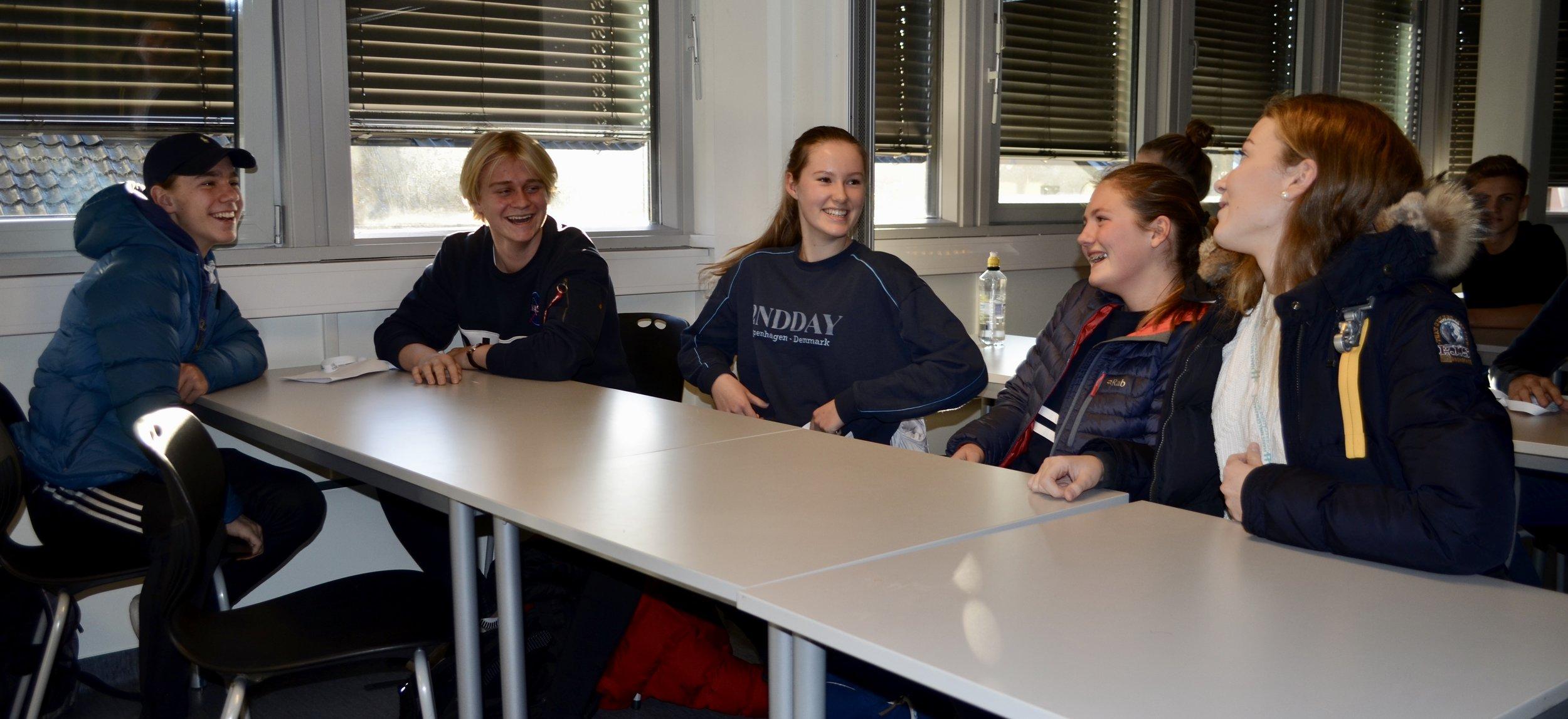Herman Hunn (f.v), Trug Liland Bjerkebakke,Guro Flo Engebretsen,Emma Hole Sjøborg og Cecilia Rise gjør seg klare til å teste engelskundervisning på HNH.