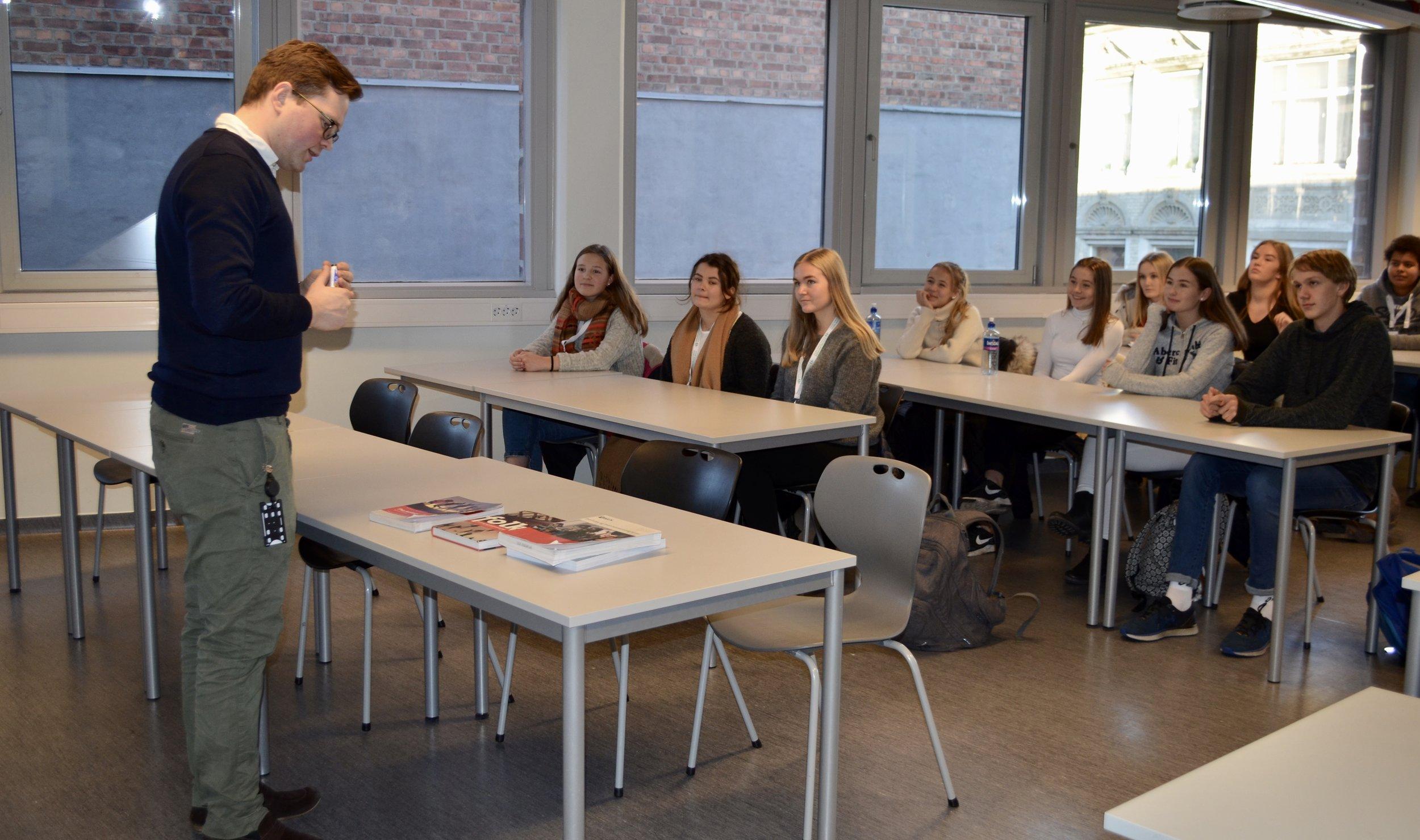 Magnus Vøllo snakket om normer og kriminalitet i samfunnfagstimene med hospitantene.