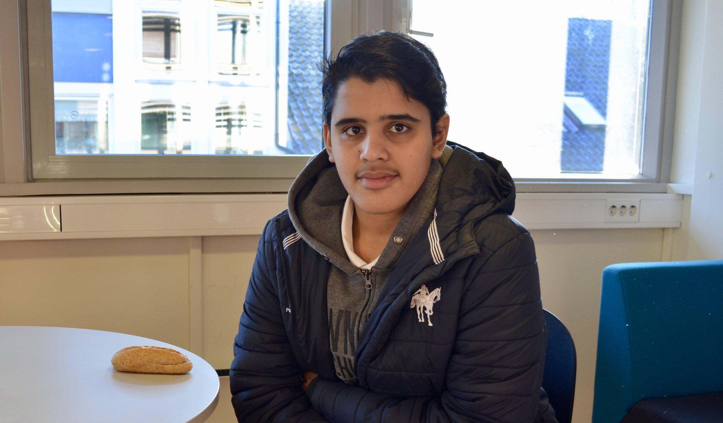 Sinan Raja fra Kverhuset besøkte HNH for første gang onsdag. Opplevelsen var positiv.  - Skolen har få elever, noe som legger til rette for læring og god kontakt mellom elevene, sier han.