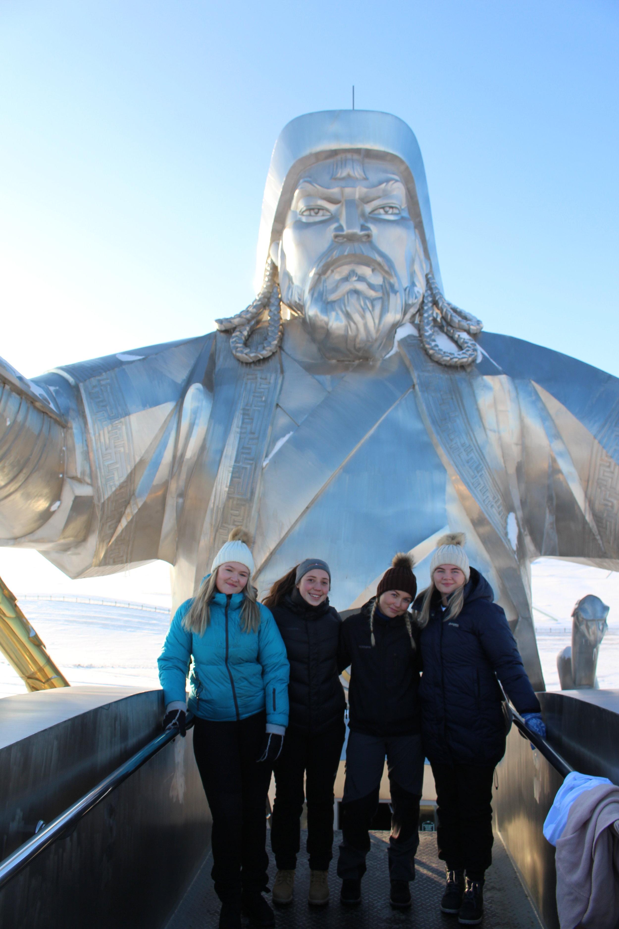Kaja-Sofie og Sofie på toppen av Djengis-statuen sammen med to jenter fra Hurdal Verk Folkehøgskole.