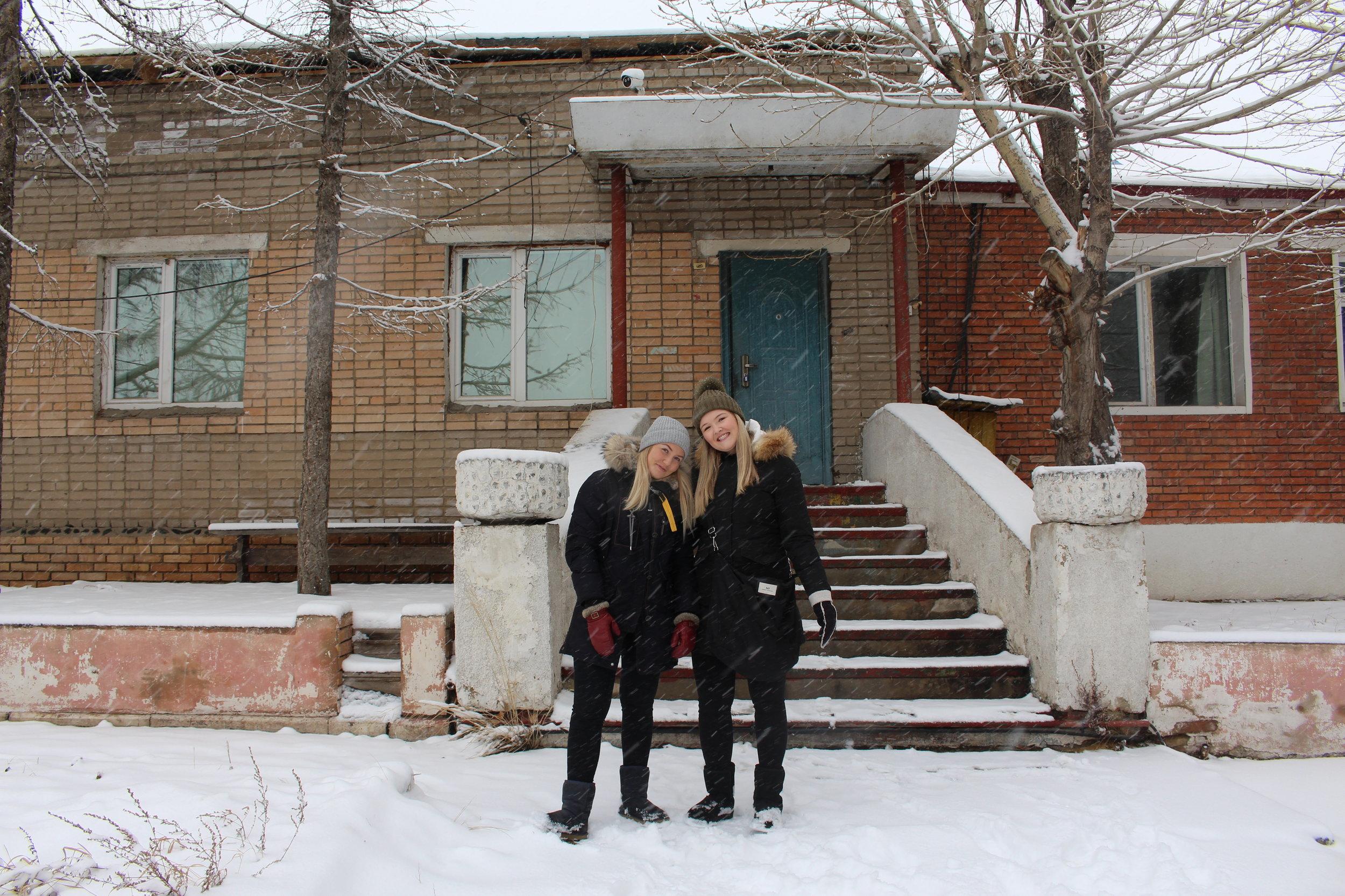 Kaja-Sofie (til venstre) og Sofie foran NLMs gjestehjem i Ulan Bator.