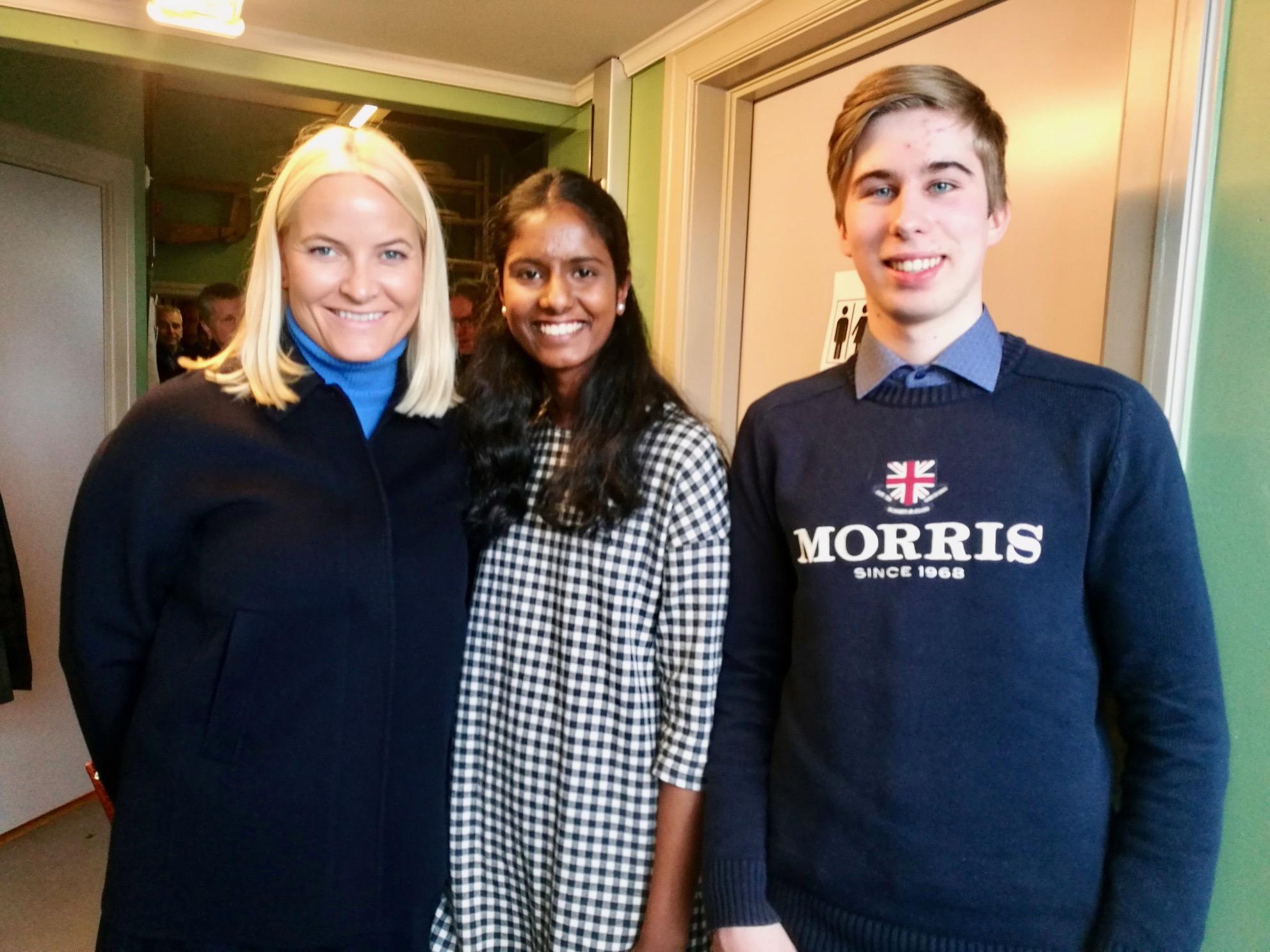 Kronprinsesse Mette-Marit tok seg tid til et bilde sammen med HNH-erne Shahana og Sebastian.