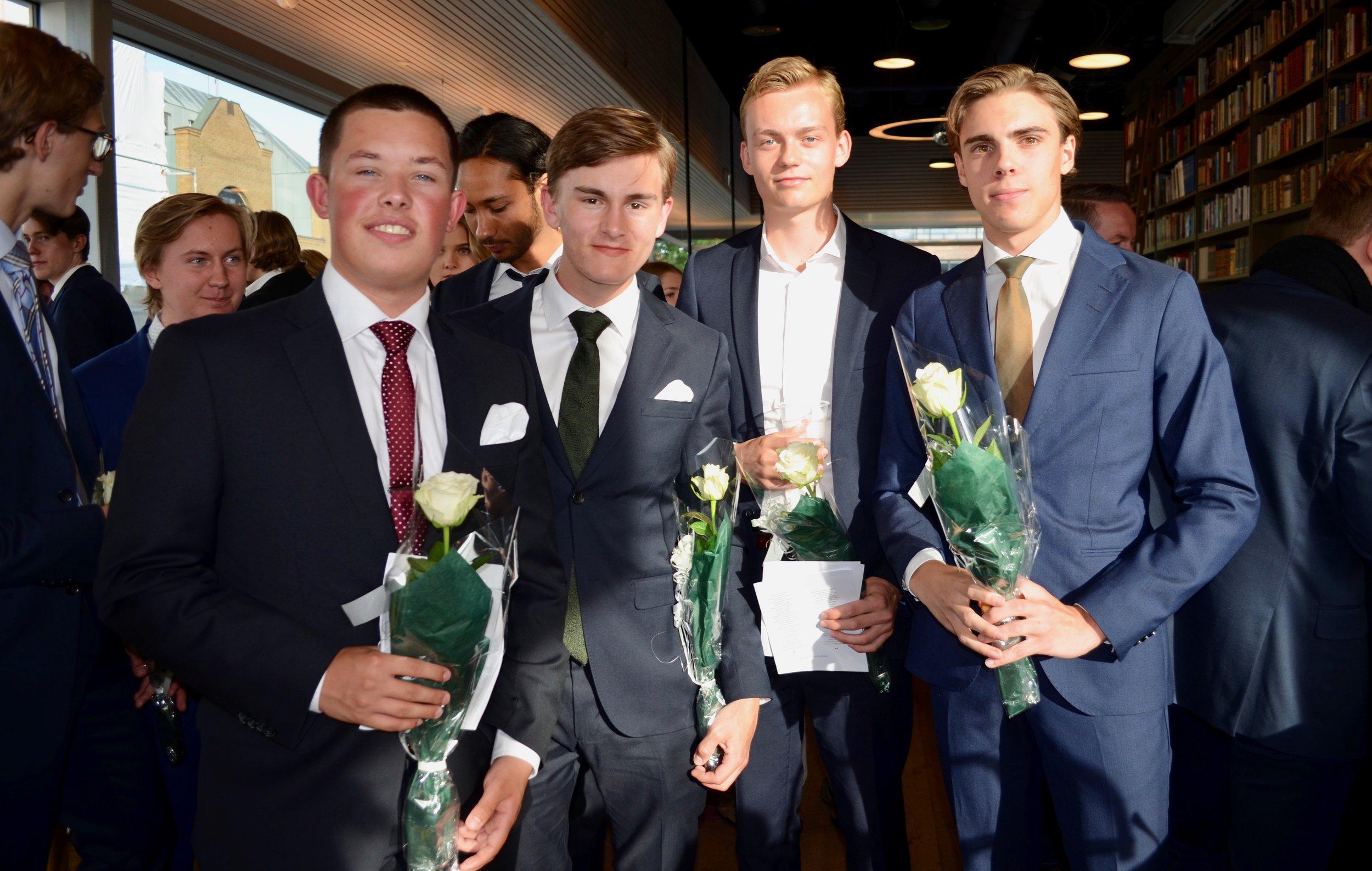 Alexander Laabak (t.v.), David Dale, Jakob Jæger og Sebastian Sorteberg var blant vg3-elevene som markerte avslutningen på 13 års skolegang på Litteraturhuset.