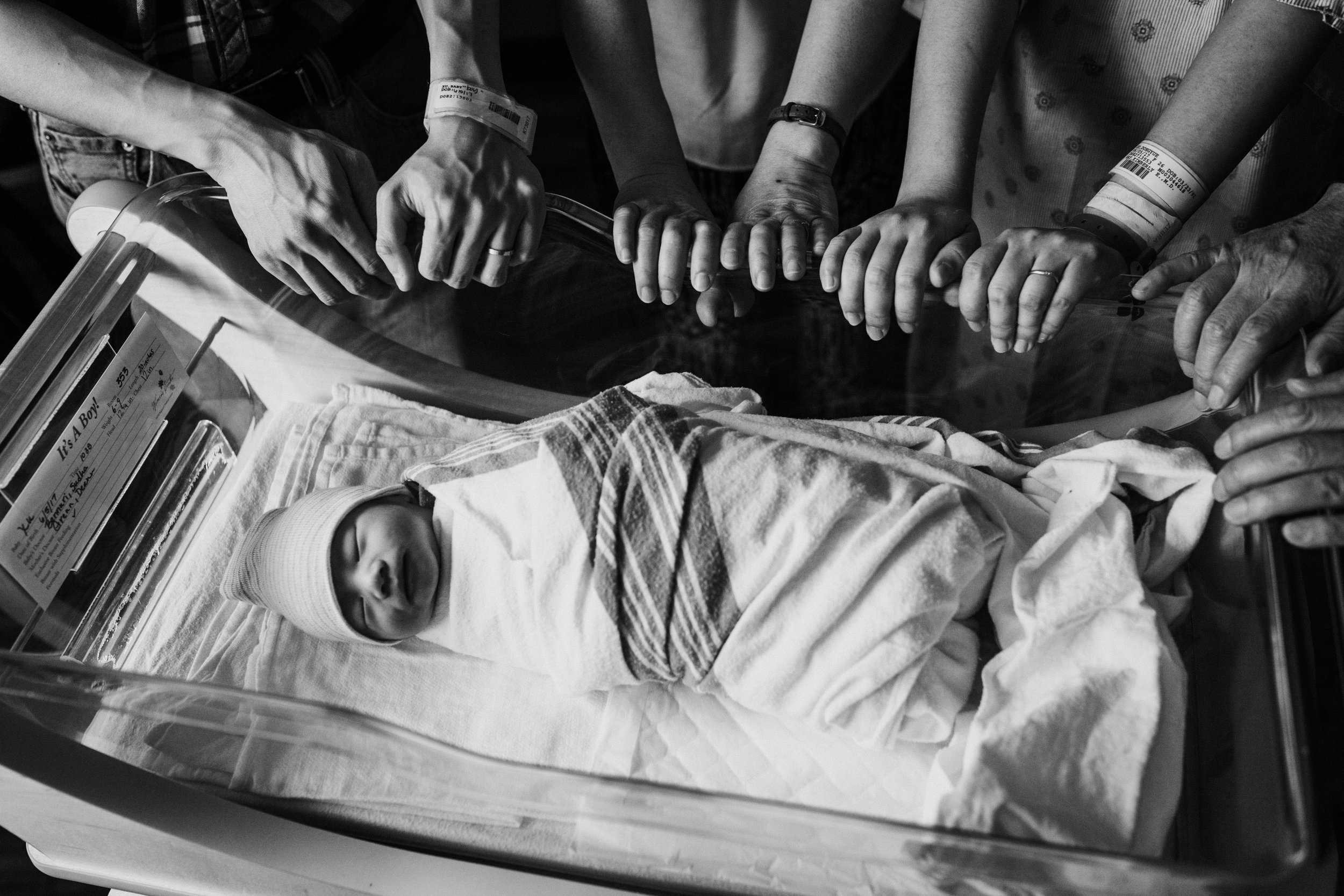 fresh-48-hospital-newborn-with-grandparents