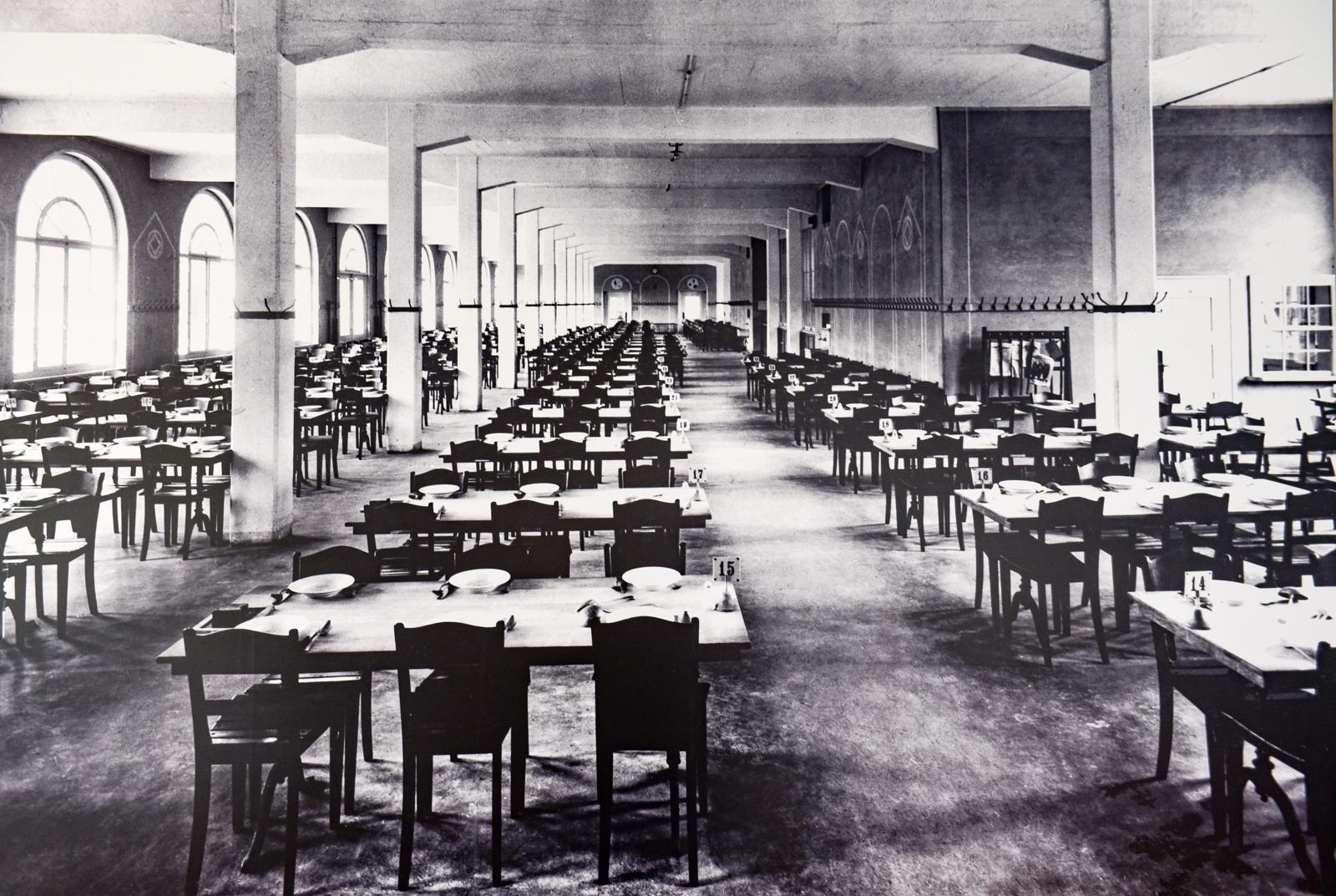 Der grosse Saal des Kosthaus kurz nach der Fertigstellung 1919. Damals wurde das Haus für die Verköstigung der Bally-Mitarbeiter genutzt.