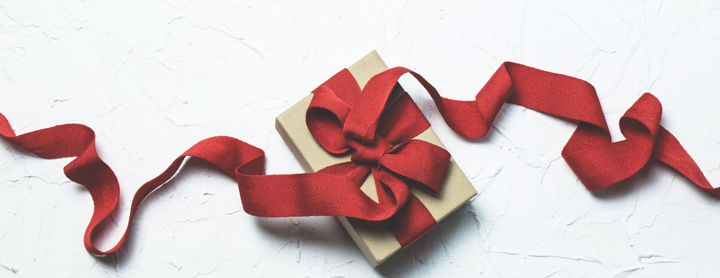A Minimalist Holiday Gift Giving Guide for College Students