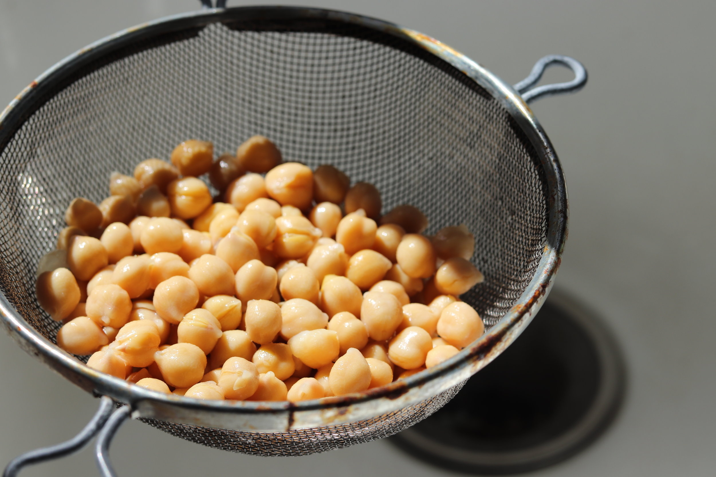 Step 1 : Rinse the canned beans under cold water. You can reserve some of the chickpea liquid to help with blending and boost the flavor.
