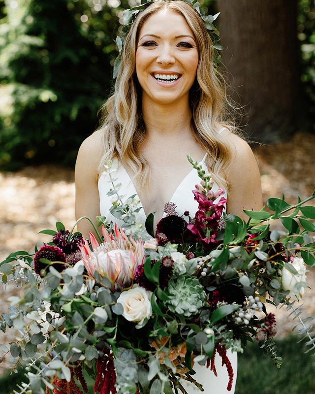 I think this one holds the record for the biggest bouquet I have ever made. But seriously, it's not every day a bride tells me to make it as big as I want and besides, it's not every day that you get to carry a HUGE bouquet of flowers 🤘🏻