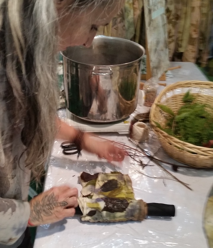 Textile artist   Laura Dell'Erba of Lalazoo Atelier   demonstrates how she prints on fabric using plants.